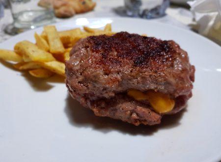hamburger ripieno di cheddar con patatine sale e pepe