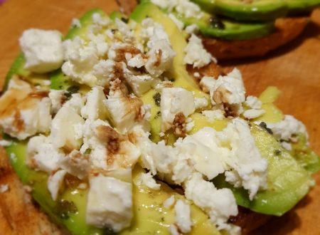 toast con avocado,feta e sale nero delle hawaii