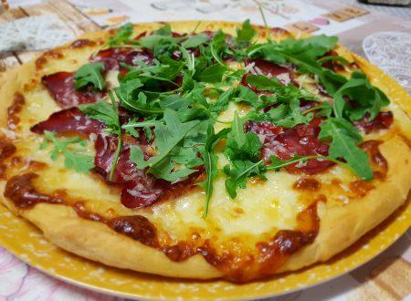 pizza bianca con bresaola grana e rucola