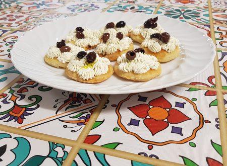 tartine di sfoglia con crema di formaggio alle erbe e olive taggiasche