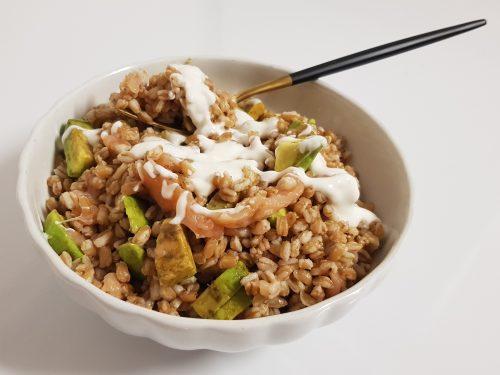 insalata di farro con salmone, avocado e salsa allo yogurt