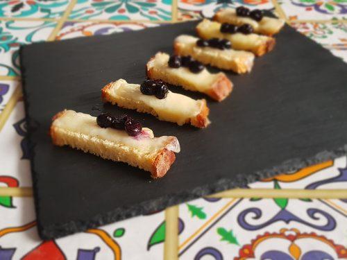 bastoncini croccanti con fontina e composta di mirtillo