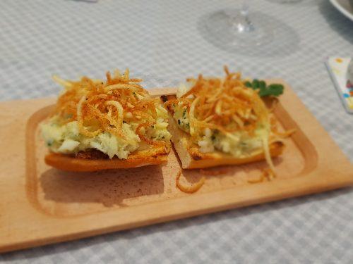 crostoni con baccalà mantecato e fiammiferi di patatine fritte