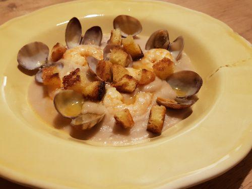 crema di fagioli con gamberi, vongole e pane fritto al rosmarino