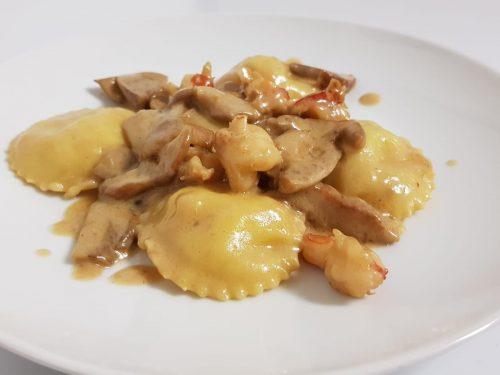 ravioli ripieni di patate al tartufo con funghi porcini e gamberoni