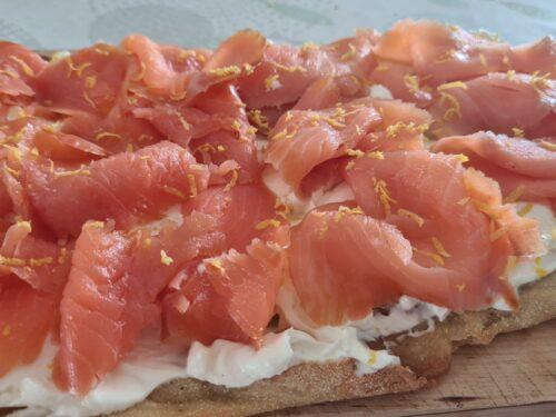 pinsa con formaggio cremoso e salmone