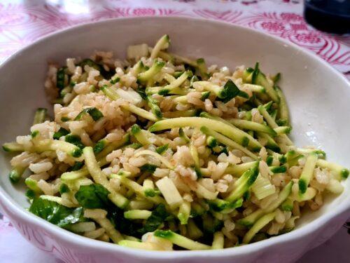 insalata di riso integrale con zucchine, sedano e basilico