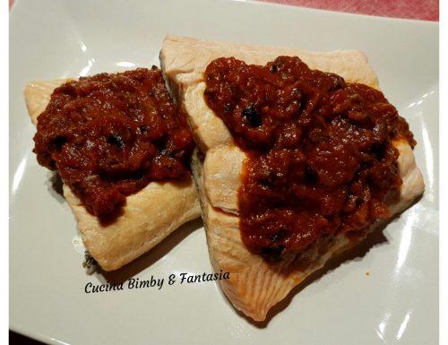 Filetti di salmone al vapore con salsa mediterranea