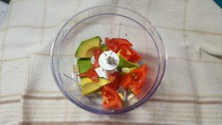 salsa di avocado e pomodori