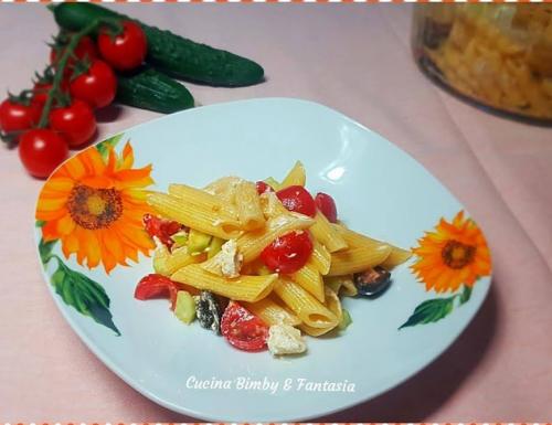 Pennette con pomodorini, cetrioli e formaggio fresco spalmabile