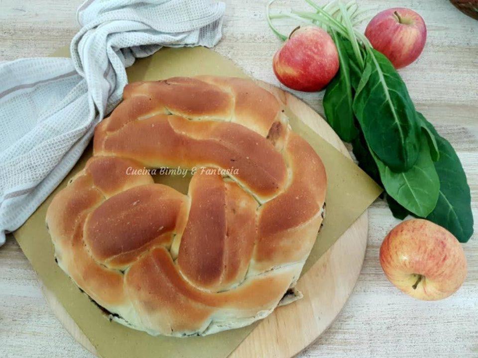 Treccia di panbrioche salata con mele e bietole