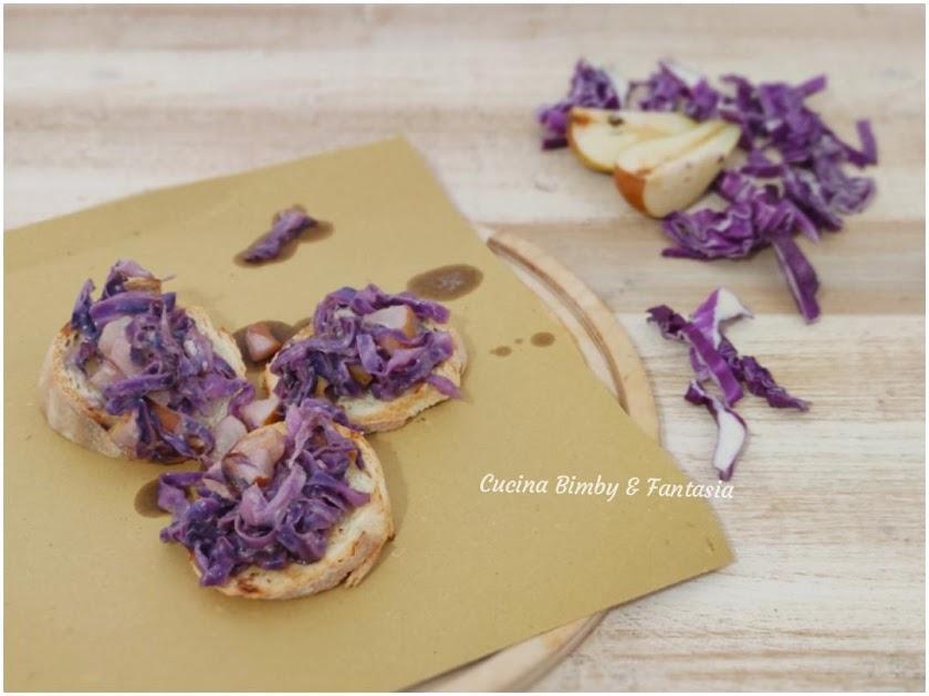 crostini di cavolo viola con pere e gorgonzola