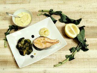 salmone e broccoli al vapore con salsa al cedro