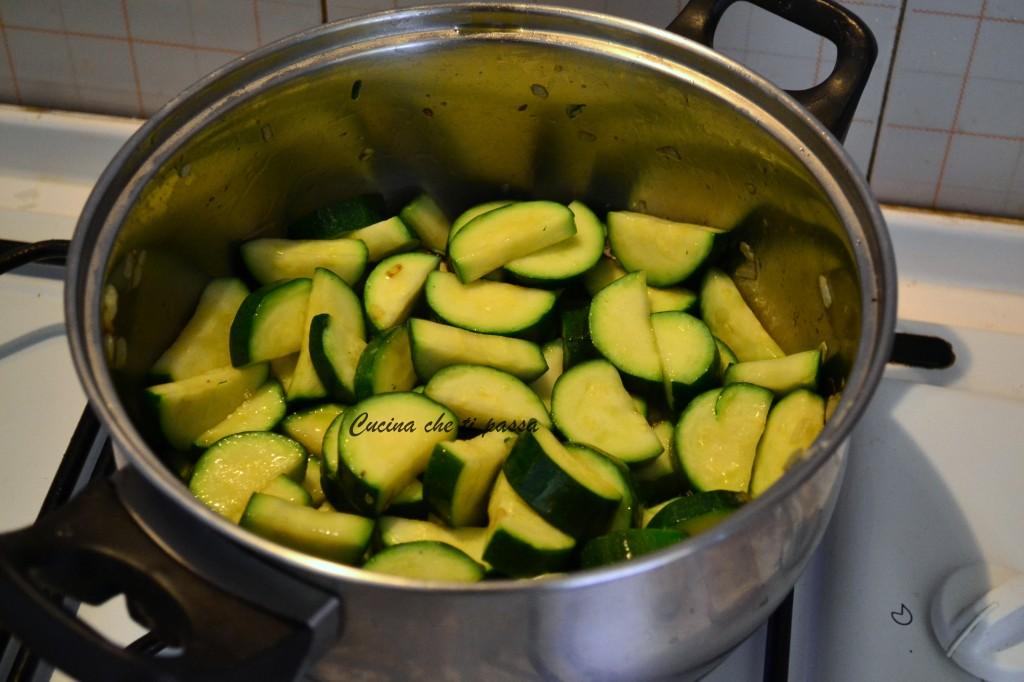 minestra di zucchine e crostini ricetta (4)
