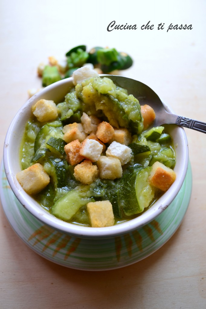 minestra di zucchine e crostini ricetta