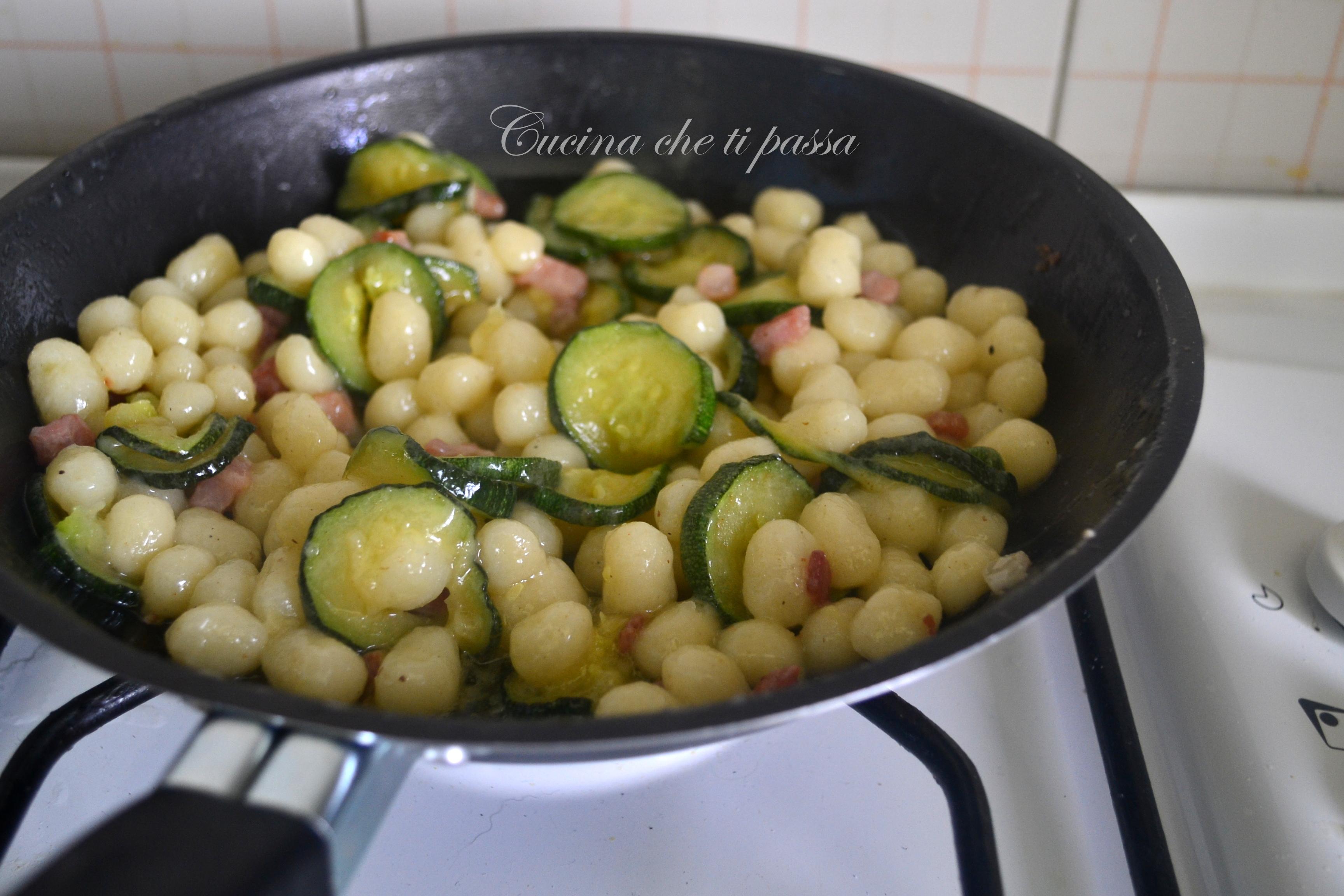 Gnocchi al burro con pancetta e zucchine