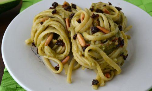 Linguine con avocado e pomodori secchi