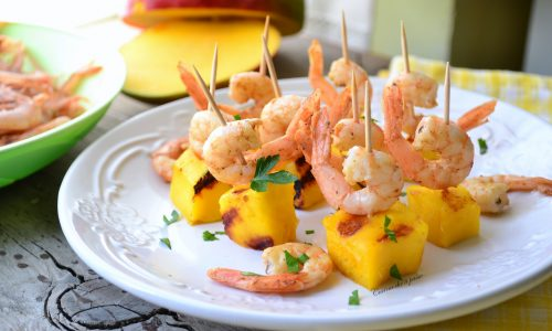 Antipasto con mango e gamberetti