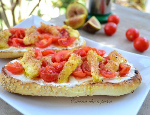 Bruschette con pomodori e fichi