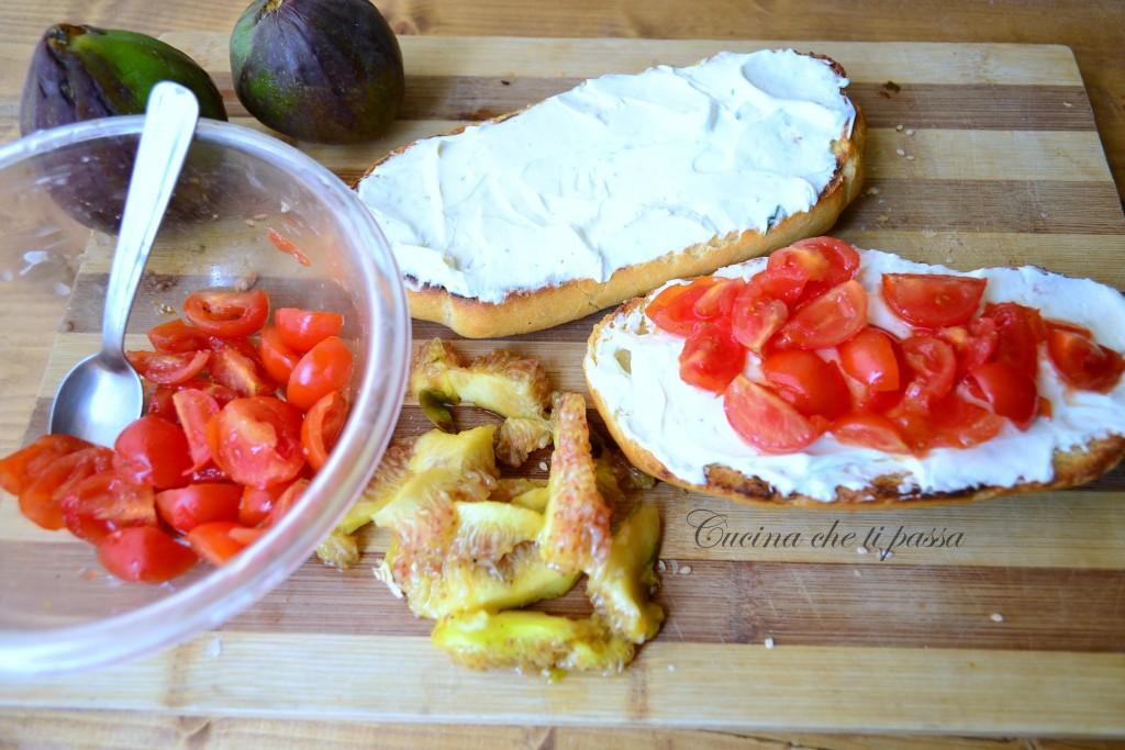 bruschette con pomodori e fichi ricetta (3)