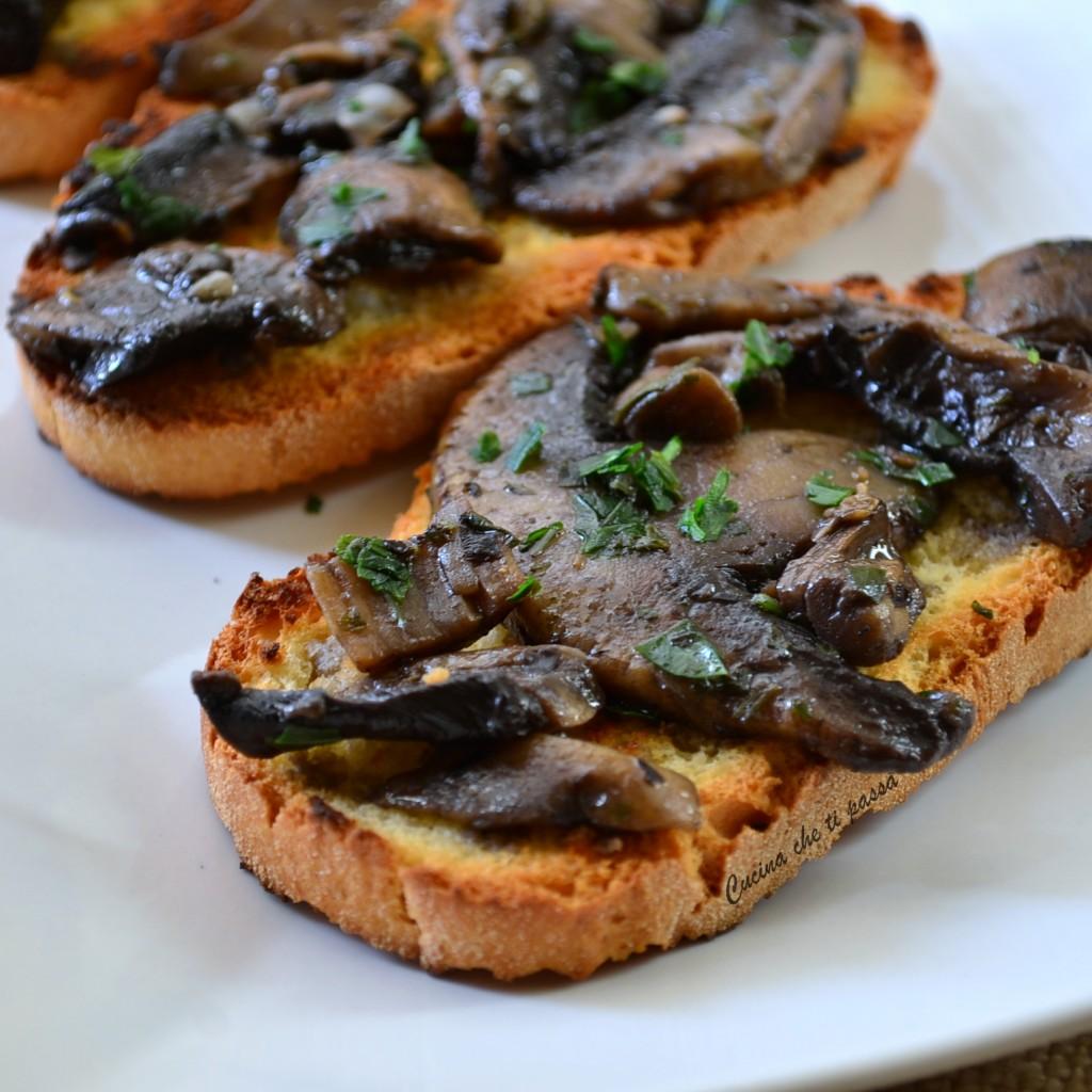 crostini con i funghi ricetta toscana (1)