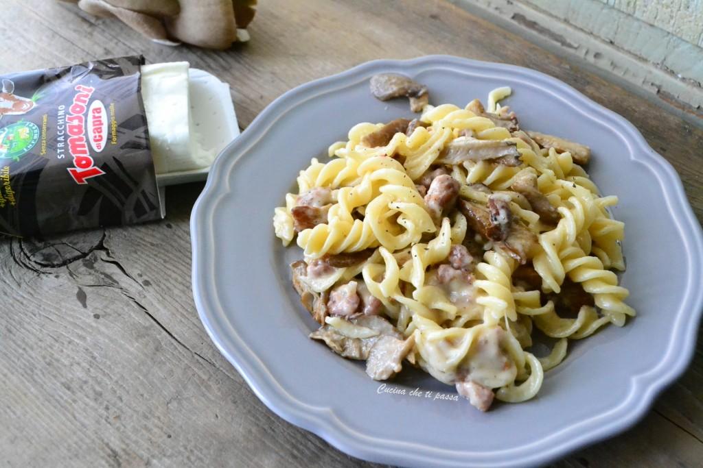 pasta con stracchino salsiccia e funghi ricetta (12)
