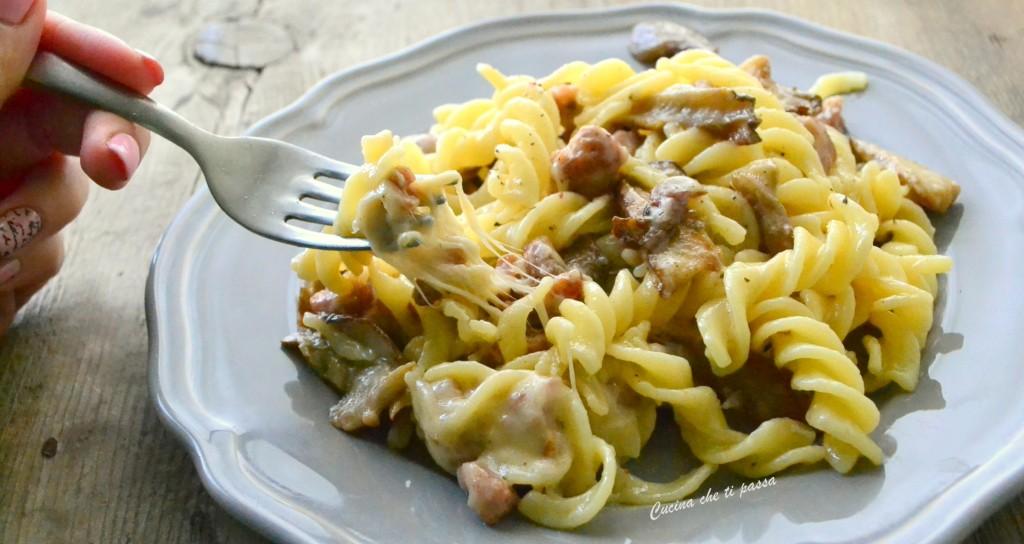 pasta con stracchino salsiccia e funghi ricetta (37)