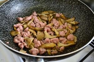 pasta con stracchino salsiccia e funghi ricetta (4)