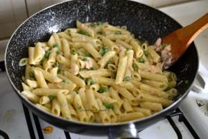 pasta con salmone e piselli ricetta (9)
