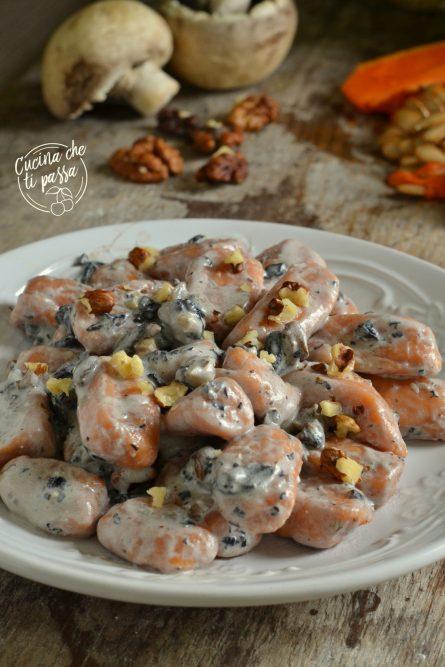 Gnocchi di zucca con funghi e noci