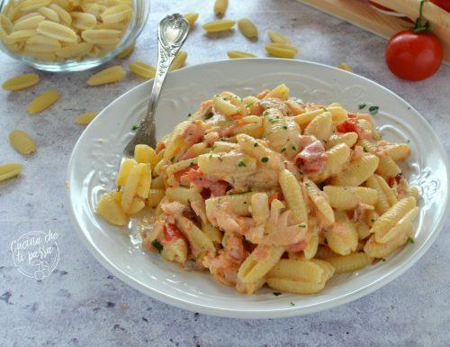 Gnocchetti sardi con salmone, panna e pomodorini