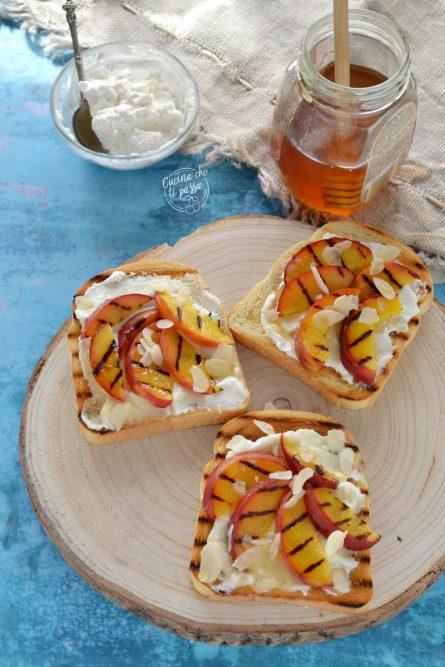 Toast ricotta e pesche