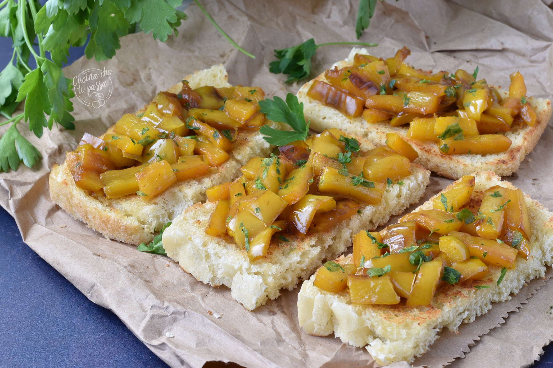 Crostini con peperoni ed acciughe ricetta