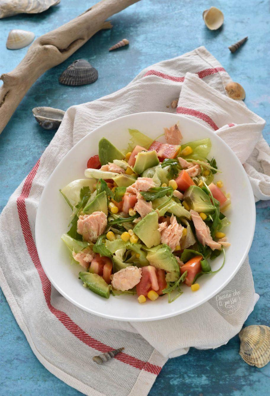 Insalata con avocado e salmone