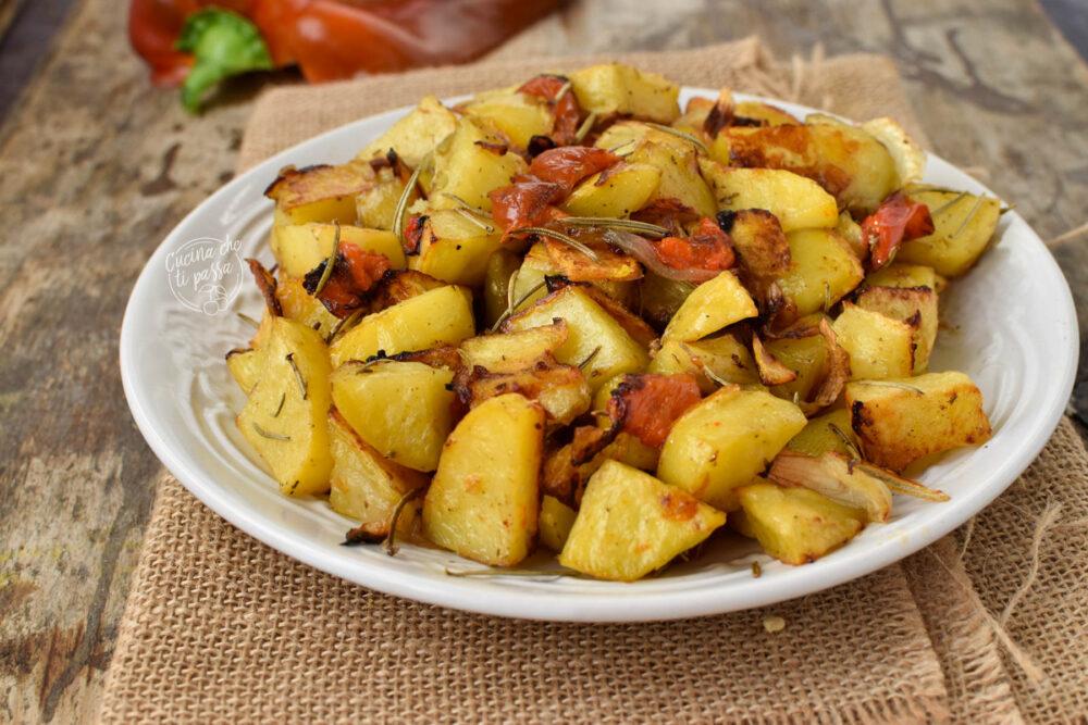 Patate e peperoni al forno ricetta