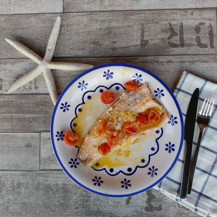 trota salmonata con pomodorini e cipolla