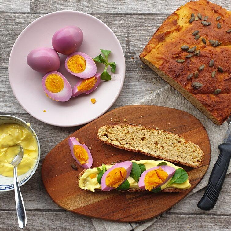 uova colorate su pane di ceci