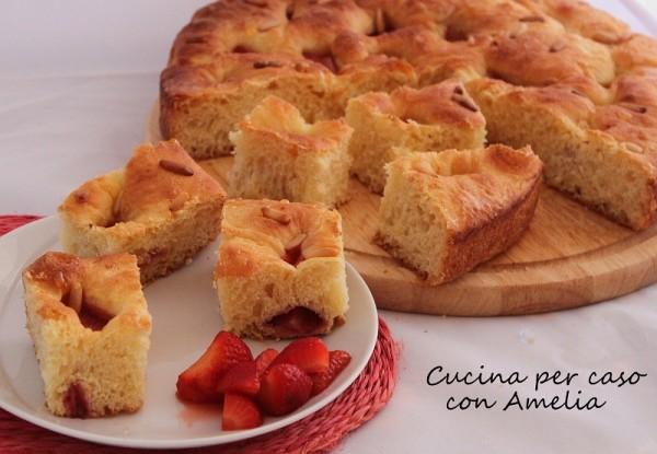 Focaccia dolce alle fragole, ricetta | Cucina per caso con Amelia