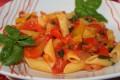 Mezze penne con peperonata, ricetta pasta e peperoni