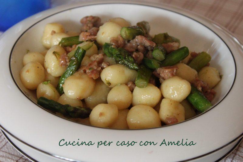 Gnocchi con asparagi e salsiccia, ricetta