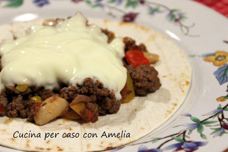Chili di carne e formaggio con tortillas