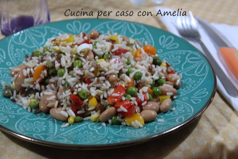 Insalata di riso vegetariana e tradizionale.