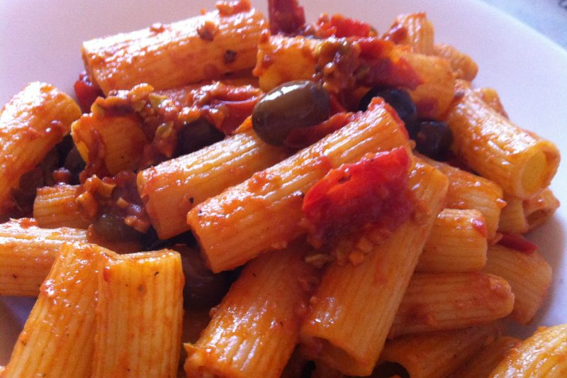 Pasta olive e capperi con granella di pistacchio