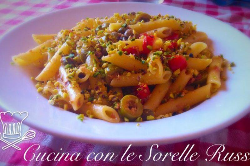 Pennette tonnate con pistacchi, olive e capperi