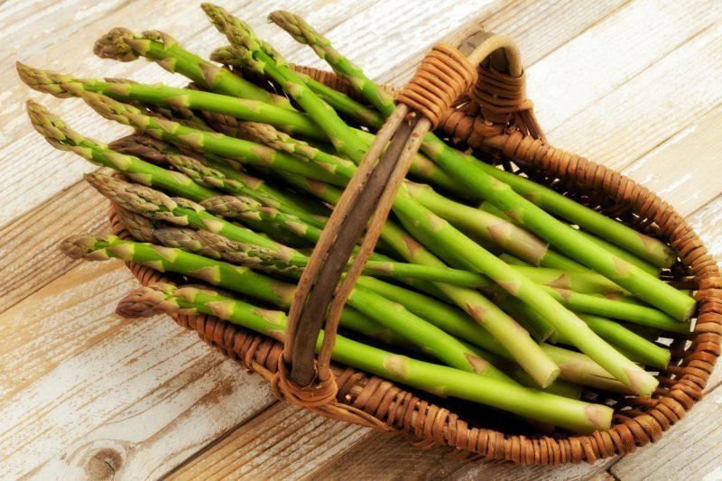 Gli asparagi, radici magiche per la ritenzione idrica