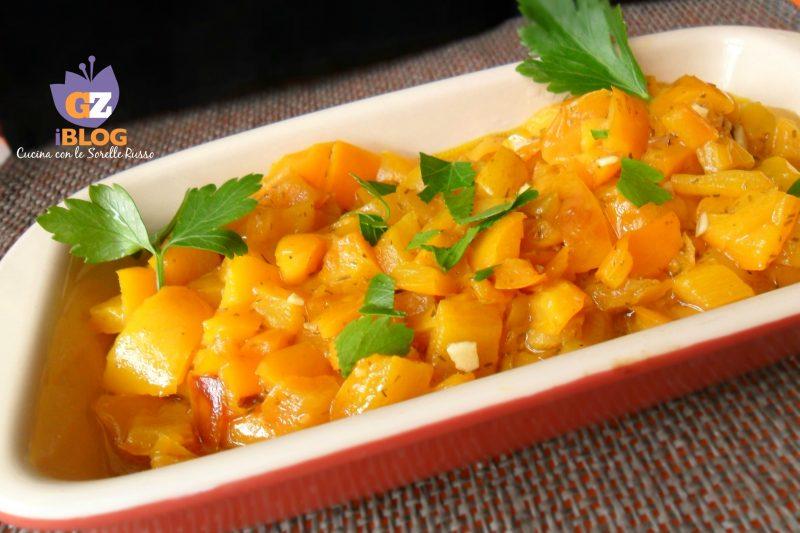 Peperoni gialli fritti all'aglio