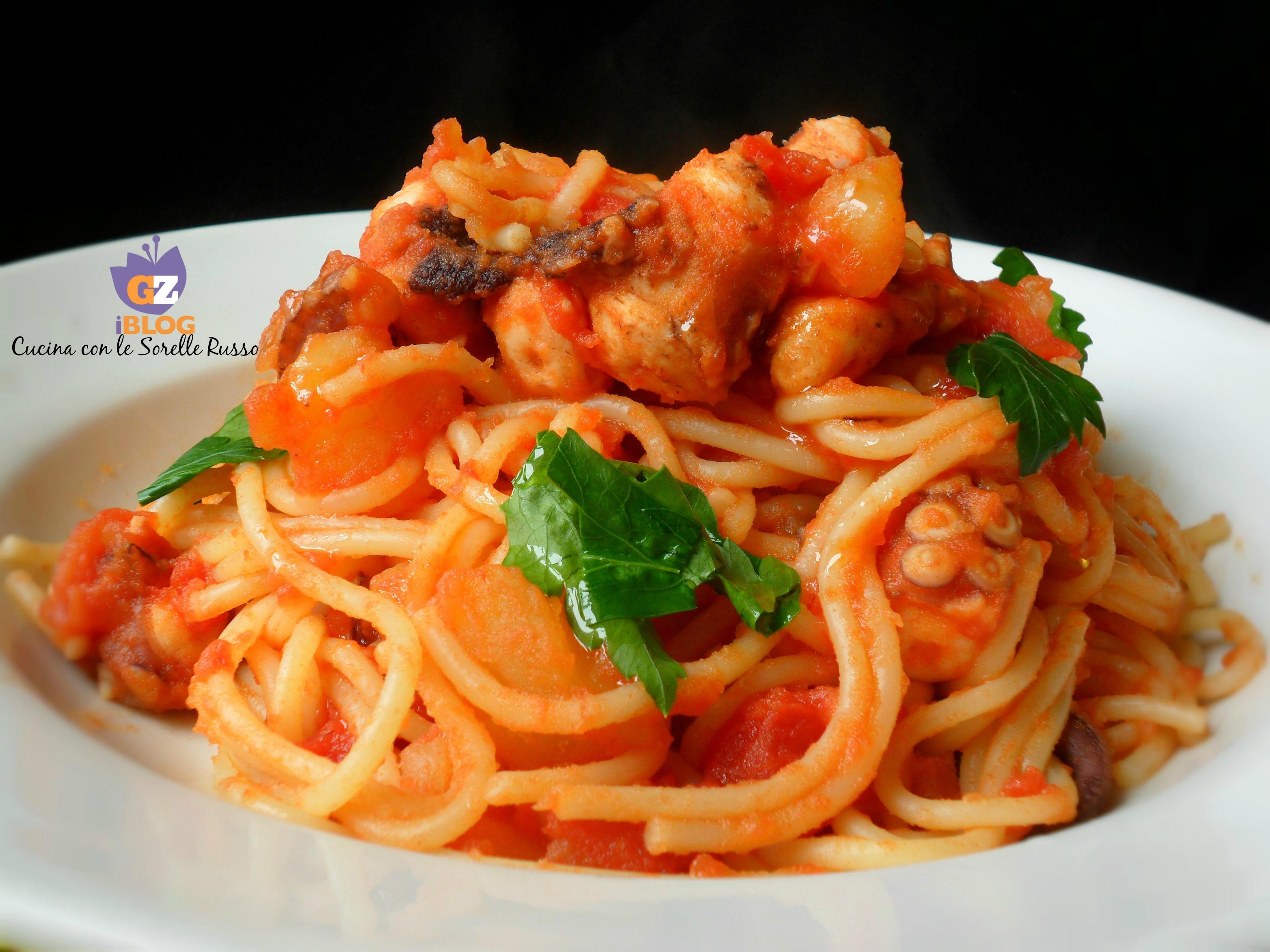 Gli spaghetti rossi con polipo e patate