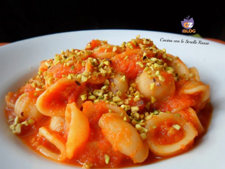 orecchiette al sugo di peperoni e pistacchi