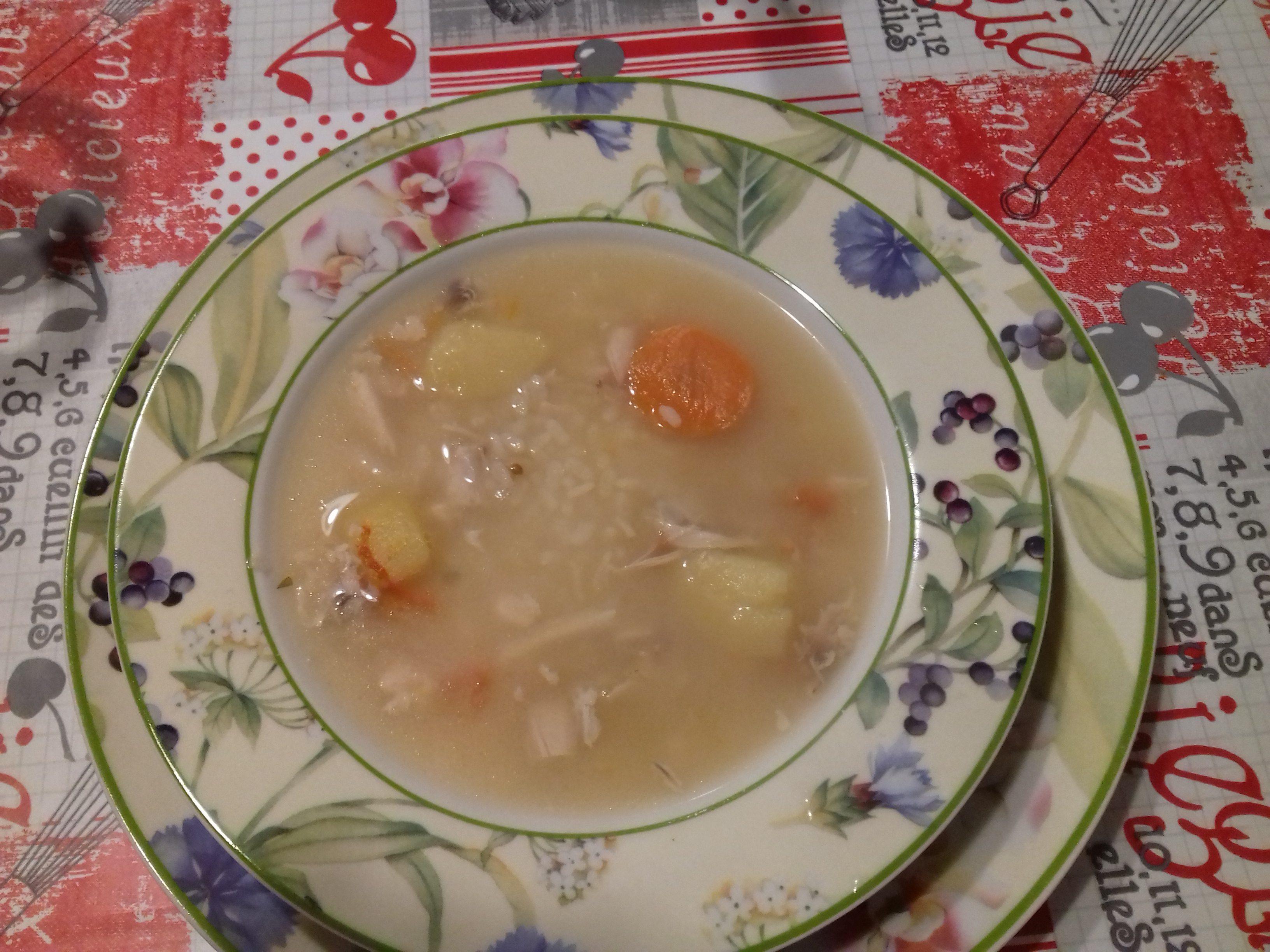 Minestra di brodo di pollo con patate, carote e riso