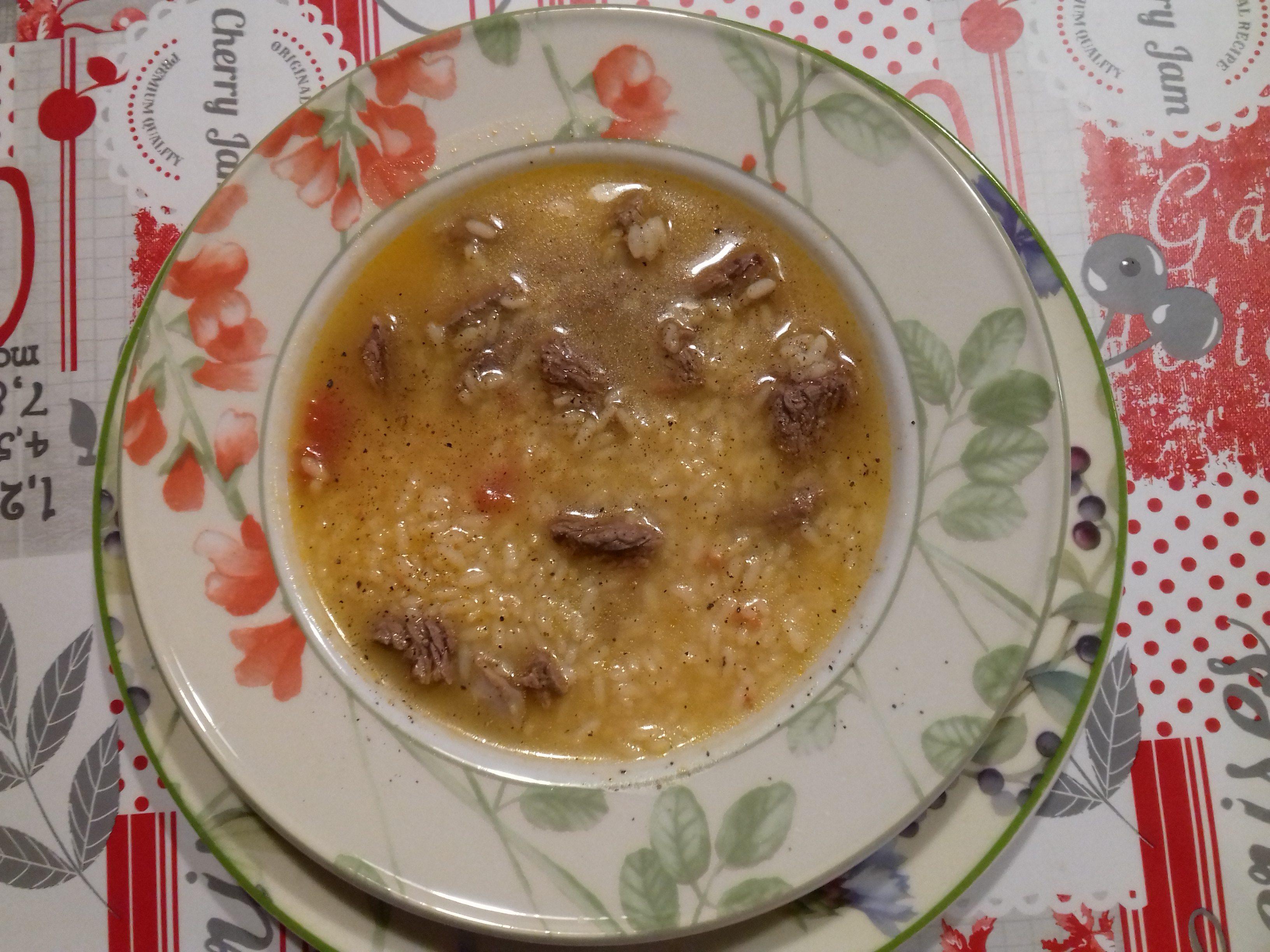 Minestra di brodo di carne con riso